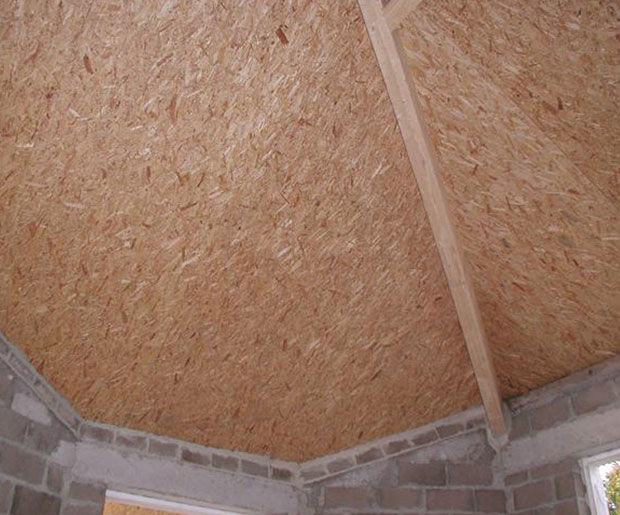 UNIPUR PLUS OSB is a self-supporting roof panel with a 12mm water resistant OSB board, which is glued and nailed onto two timber rafters